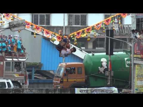 Dahi Handi Utsav, Dadar 2011 - Boy holds on to the rope 25 Feet in air
