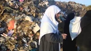 أكبر كارثه في العالم للمسلمين في مصرياكلون من الزباله (ياارحم الراحمين أرحمهم) *** المنسيون ***