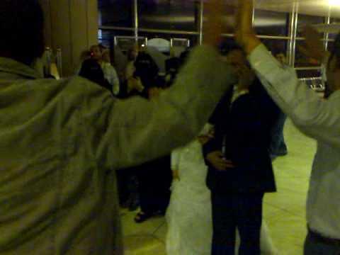زفة مصريين في صالة مطار الملك خالد بالرياض