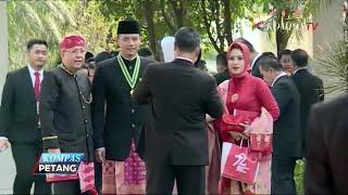 Jokowi Beri Sepeda Bagi Tamu dengan Pakaian Adat Terbaik
