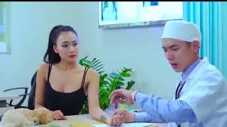 Bác sĩ sờ ngực bệnh nhân