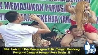 Bikin Heboh..!! Pria Berseragam Polisi Tengah Gendong Penyanyi Dangdut Dengan Pose Begini..!!