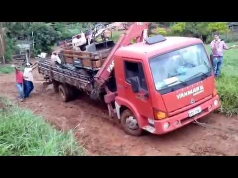 Micro trator tc14 com ensiladeira puxando caminhão