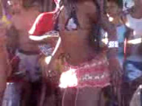 Safadas dancando na praia com mini biquine Braziilian girl