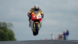 Saltos a toda velocidad en isla de man (carreras de motos tt )