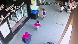 ننفرد بنشر فيديو لحظة الاعتداء على فتاه المول
