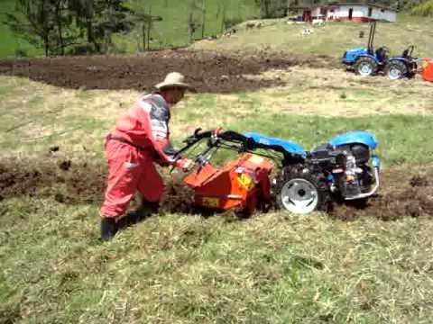 Motocultor BCS 750 con cavadora arando en terreno compactado. Tractocentro Colombia SAS
