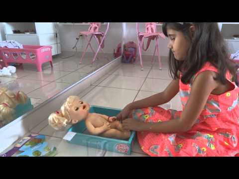 Mariazinha cuidando da Baby Alive