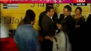 Salman arrives for 3 Idiots premiere. Part 3 of 4
