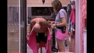 Ayrton mostra demais ao trocar de roupa no quarto