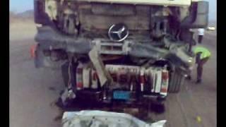 حادث طريق بيشه راحت السيارة كلها تحت التريلة