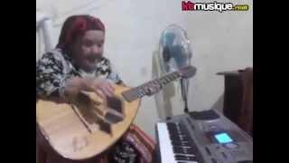 vielle femme kabyle chante avec la guitare .