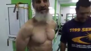 شيخ في 63 سنة من الجزائر يمارس كمال الاجسام Cheikh algérien a pratiqué la musculation