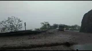 ऐसी बारिश भी नहीं देखी होगी कहीं जिस ने बना दी सोलन शिमला हाईवे पर नदियां