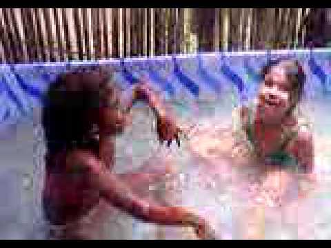 Gigi e Jessica na piscina