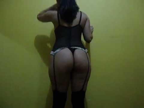 Esposa de cinta liga se exibindo para o marido