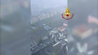 شاهد: اللحظات الأولى بعد انهيار جسر السيارات في جنوة الإيطالية …