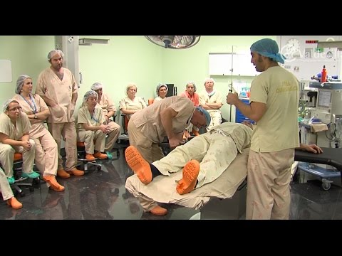 Los celadores quirúrgicos de Valdecilla perfeccionan su técnica de movilización de pacientes