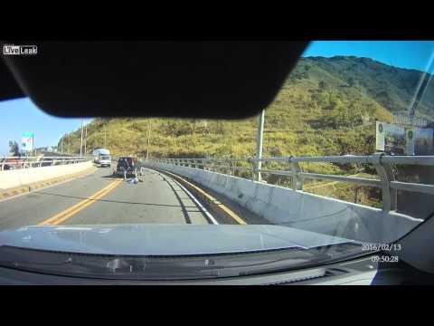 Terrible choque de frente entre una camioneta y una moto