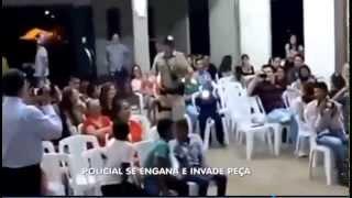 Policial se engana e invade peça de teatro em Igreja