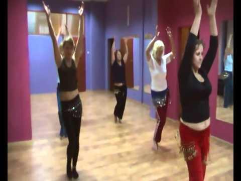 Dorota prowadzi zajęcia z tańca brzucha