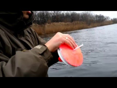 ловить кружками на реке
