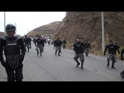 Policias bailando en desfile