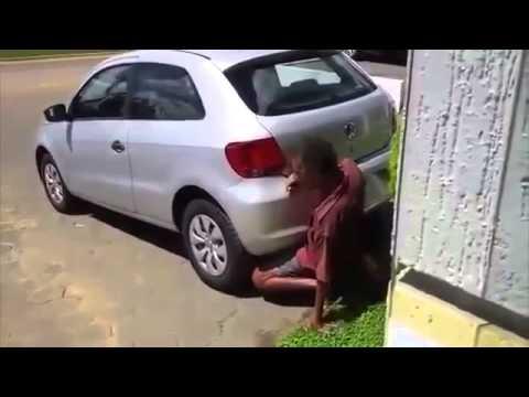 Mann vögelt Auspuff von Auto