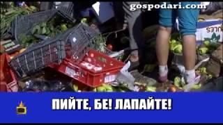 Роми си берат стока от катастрофирал камион
