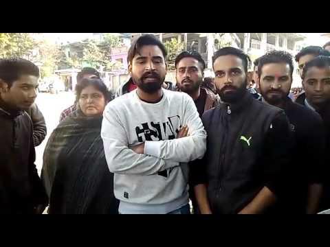 बिलासपुर में मारपीट मामले व् लाठीचार्ज को लेकर प्रदर्शन करते स्थानीय लोग