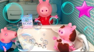 53# Peppa Pig y George ponen JABÓN de LAVADORA a la bebé