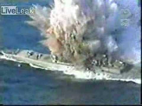 zambombazo de 1 submarino a 1 barco de guerra