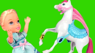 Horse Riding Accident ! Elsa & Anna toddlers - A horse is hurt! Bee stings Elsa? Horse Stable