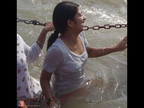 girls enjoing bath in haridwar - Ganga snan ( OPEN BATH ) हरिद्वार यात्रा -  HARIDWAR YATRA