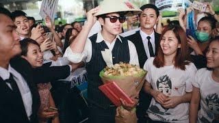 Nam diễn viên Mario Maurer của phim 'Tình người duyên ma' đội nón lá vẩy chào khán giả Việt