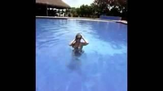 Gisela en la piscina