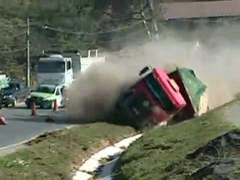 Acidente Caminhão tomba em rodovia de Minas Gerais Belo Horizonte Truck Accident Unguided
