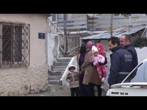 Baca yangını çatıya sıçradı, mülteci ailenin çocukları korku dolu gözlerle etrafı izledi
