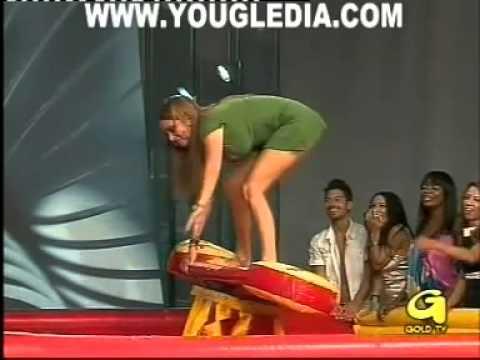 Gostosa paga calçinha enfiada na baixaria da TV italiana