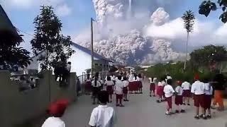 Vidio Amatir Letusan gunung sinabung ,siswa SD panik