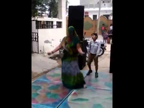 hot indian aunty dancing for hindi song