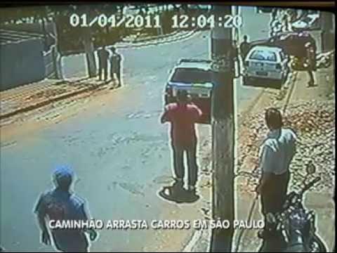 Caminhão sem freios arrasta carros em São Paulo