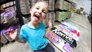 5 YEAR OLD PICKS OUT NEW SKATEBOARD SETUP!