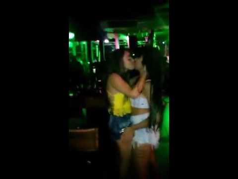 dos chicas besandose en una discoteca