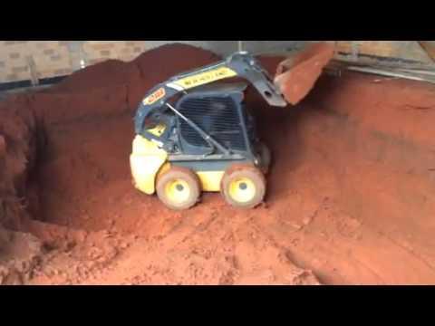 Construtora Zandonadi Mini Carregadeira New Holland L218 fazendo escavacao de piscina