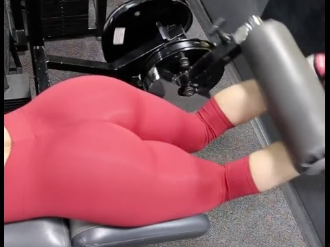 Personal trainer works out her solid butt in spandex