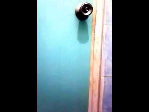 Mengintip ABG SMU di kamar mandi