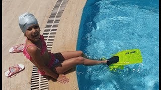 Elif paletlerle yüzmeyi deniyor, sualtı görüntüleri , eğlenceli çocuk videosu