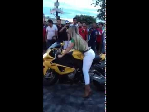 Loira Gostosa Fazendo Drift com super Moto