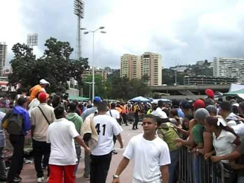 Policias Agreden a Fanaticos en el Juego Caracas Magallanes